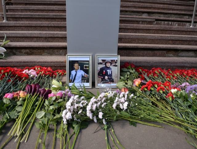 Цветы у здания ВГТРК в память о погибших на Украине журналистов ВГТРК корреспондента Игоря Корнелюка и видеоинженера Антона Волошина