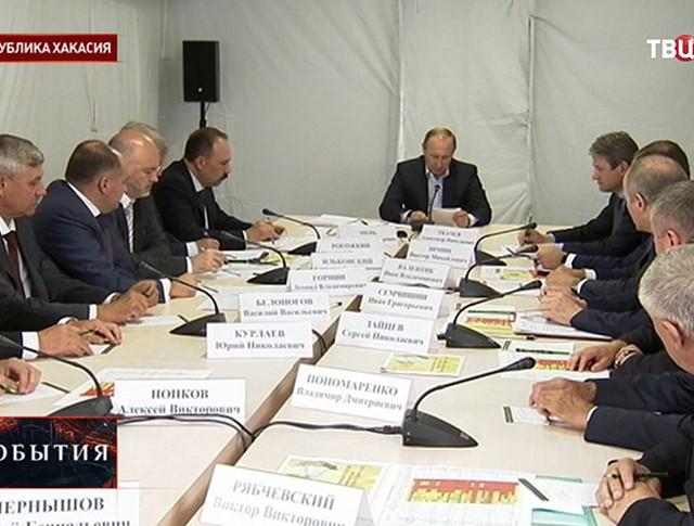 Владимир Путин на совещании в Хакасии