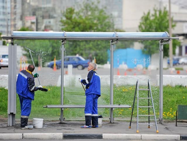 Дворники моют остановку общественного транспорта