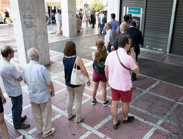 Очередь к банкоматам в Греции