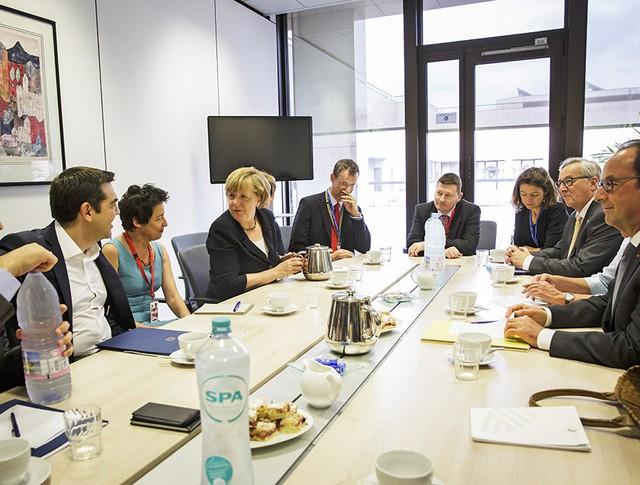 Премьер-министр Греции Алексис Ципрас, канцлер Германии Ангела Меркель, президент Европейской комиссии Жан-Клод Юнкер и президент Франции Франсуа Олланд