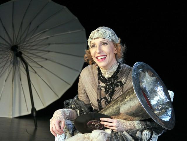 Актриса Юлия Рутберг играет в спектакле