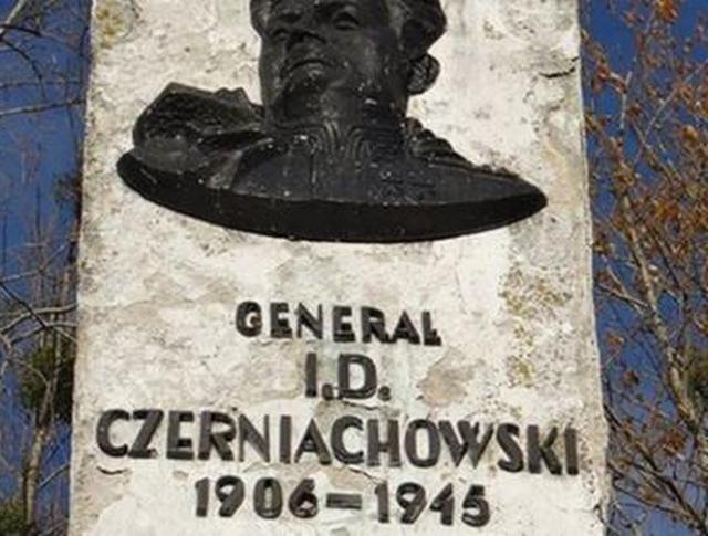 Памятник Черняховскому в Пененжно, Польша