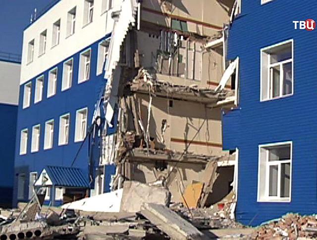 На месте обрушения в здании казарм учебного центра ВДВ в Омске
