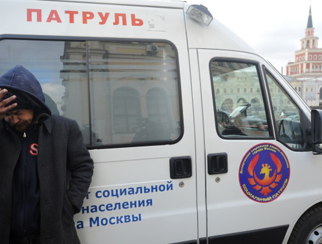 """Бездомный мужчина у автомобиля мобильной службы """"Социальный патруль"""" на Комсомольской площади"""