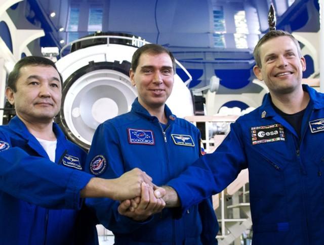 Участники основного экипажа МКС-45/46/ЭП-18 в составе (слева направо): космонавта Республики Казахстан Айдына Аимбетова, космонавта Роскосмоса Сергея Волкова и астронавта ЕКА Андреаса Могенсена во время комплексных экзаменационных тренировок