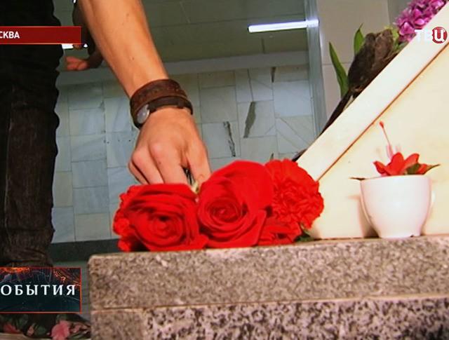 Возложение цветов в подземном переходе на Пушкинской площади