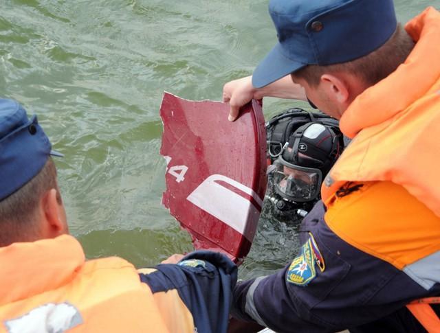 Спасатели МЧС на месте авиакатастрофы