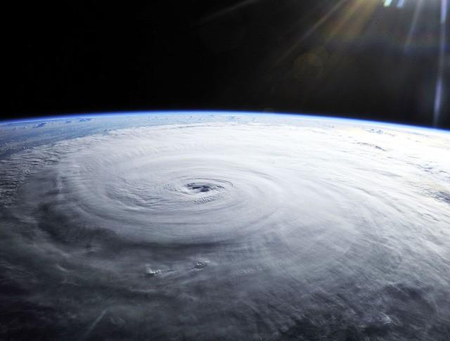 Вид на тайфун из космоса