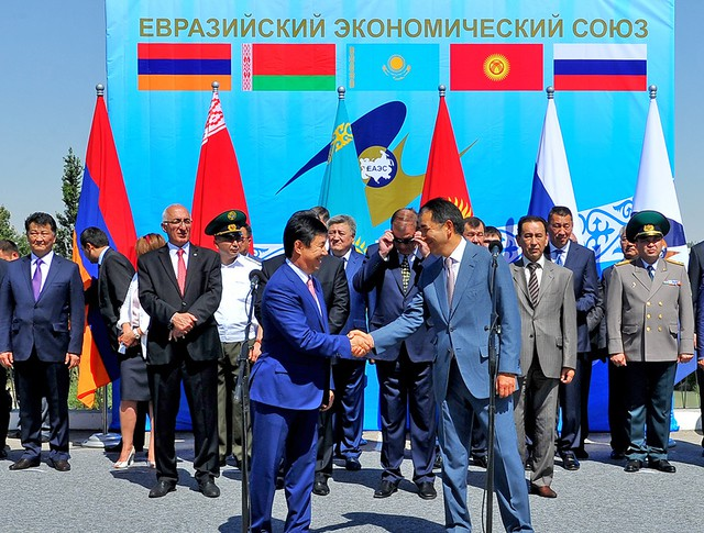 Президент Кыргызстана Алмазбек Атамбаев и президент Казахстана Нурсултан Назарбаев на церемонии вхождения Кыргызской Республики в ЕАЭС