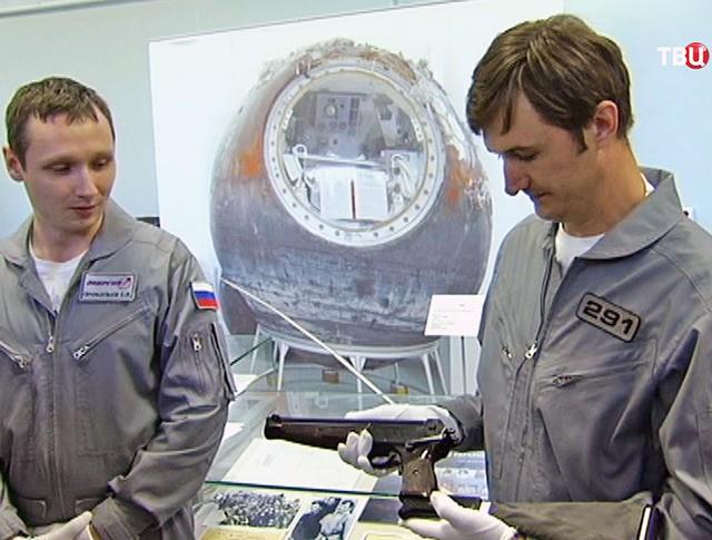 Демонстрация пистолета ТП-82 для космонавтов