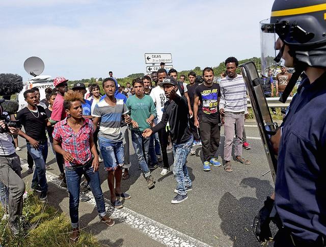 Стычка нелегальных мигрантов с французской полицией