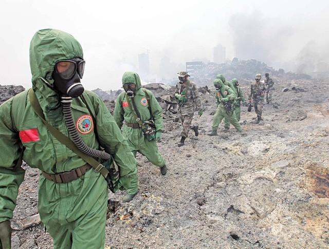 Отряд химзащиты работает на месте взрыва