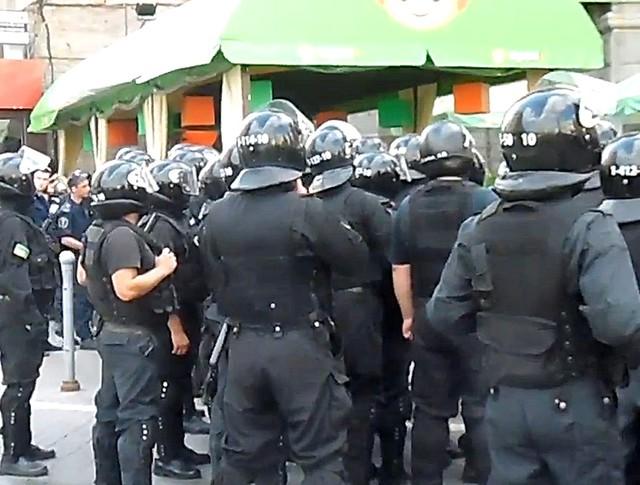 Украинская милиция держит оцепление