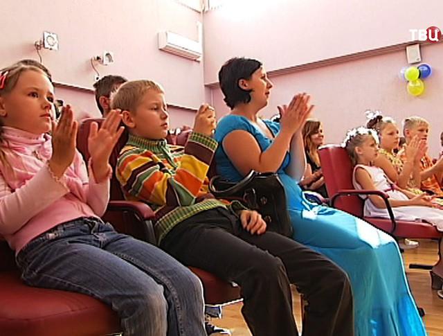 Дети в актовом классе