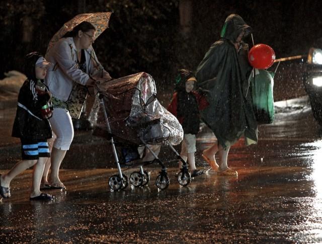 """Горожане во время тайфуна """"Гони"""" на улице Алеутской во Владивостоке"""