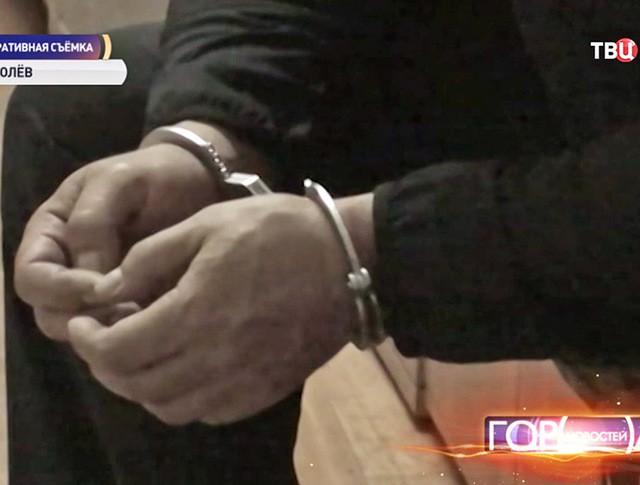 Задержанный похититель в наручниках