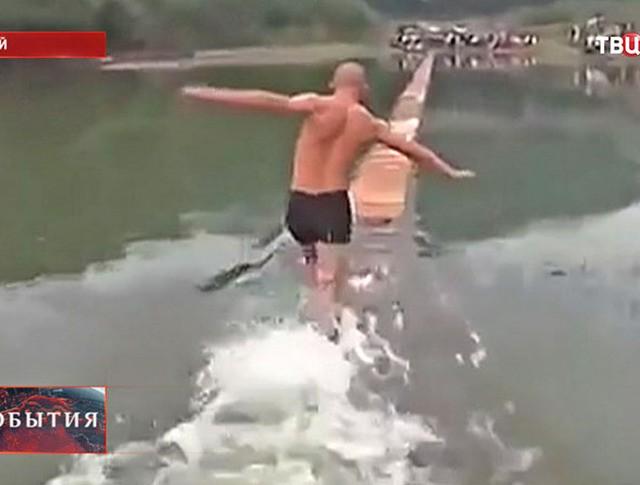 Шаолиньский монах бежит по воде