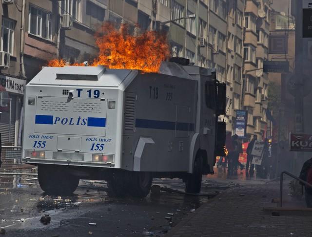 Горящий броневик Турцкой полиции