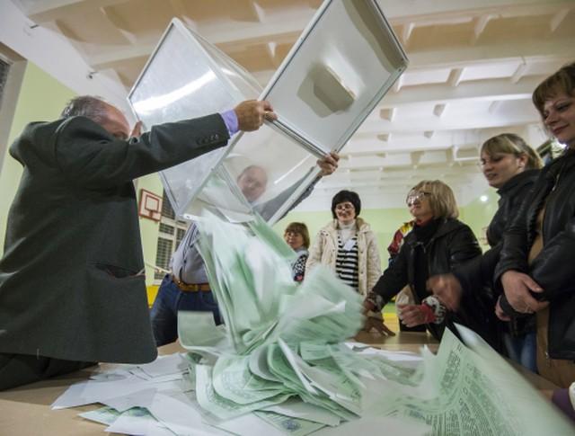 Члены избирательной комиссии считают голоса на избирательном участке