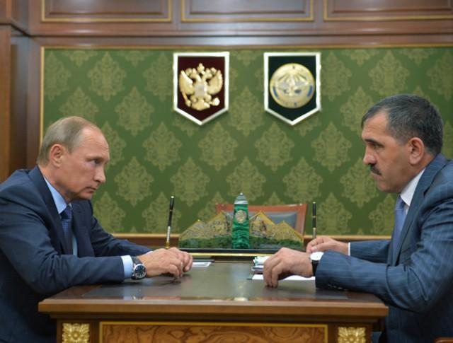 Президент России Владимир Путин и глава Ингушетии Юнус-Бек Евкуров во время встречи в Магасе