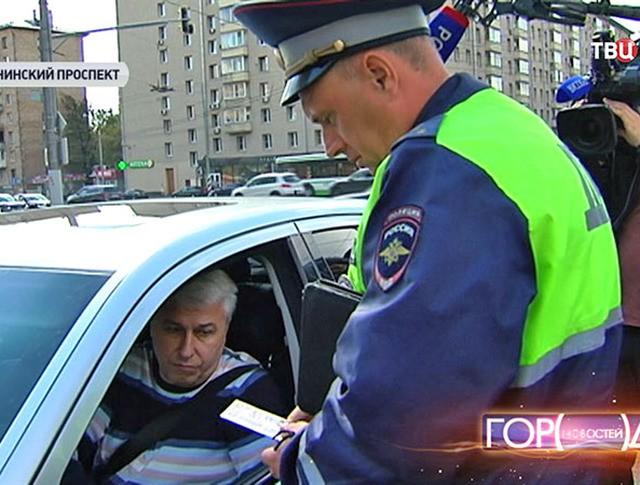 Инспектор ДПС проверяет документы