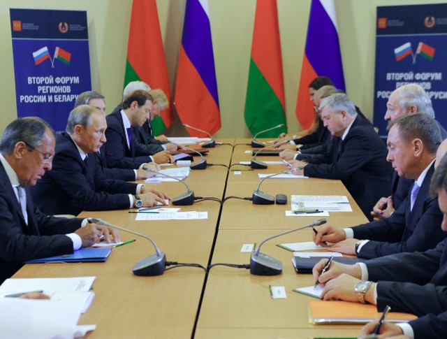Президент России Владимир Путин и президент Республики Беларусь Александр Лукашенко во время встречи в рамках Второго форума регионов России и Белоруссии в Сочи