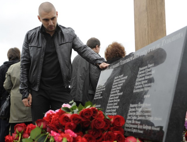 Мемориальная доска у подножия креста на месте крушения самолета Як-42