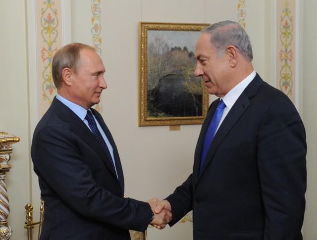 Президент России Владимир Путин (слева) и премьер-министр Израиля Биньямин Нетаньяху во время встречи в резиденции Ново-Огарево