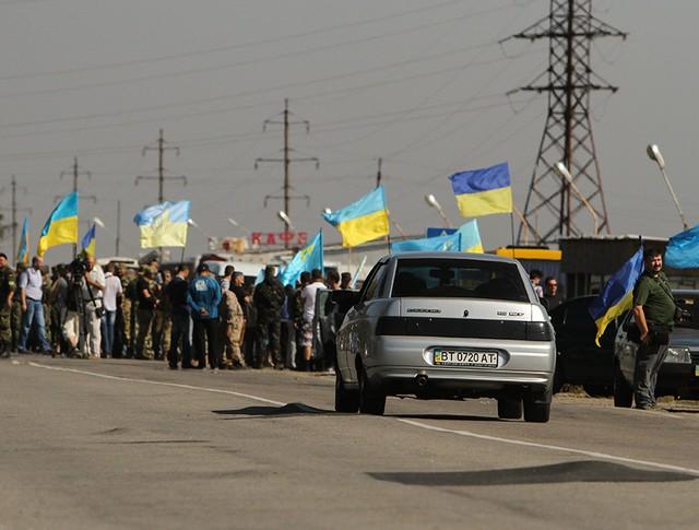 Активисты блокируют автомобильную трассу на границе Украины и Крыма