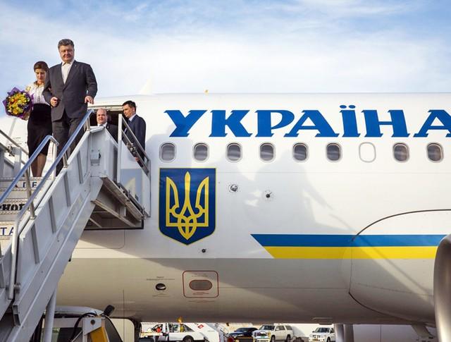 Президент Украины Пётр Порошенко с женой сходят с трапа самолёта