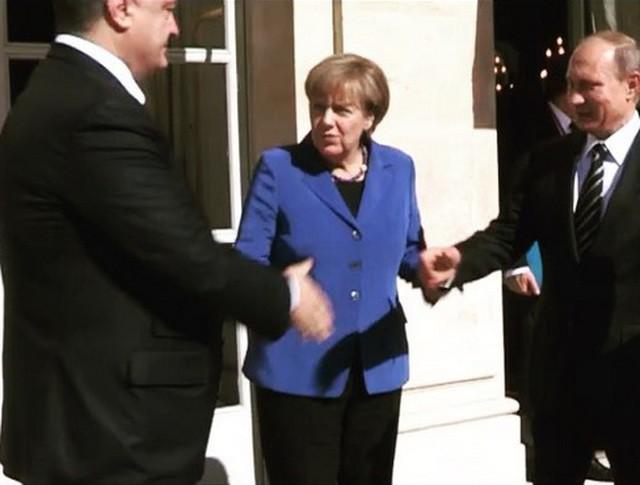 Президенты России и Украины Владимир Путин и Пётр Порошенко пожимают друг другу руки
