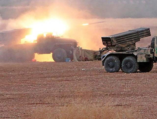 """Реактивные системы залпового огня (РСЗО) """"Град"""" сирийской армии ведёт огонь по позициям боевиков ИГ"""