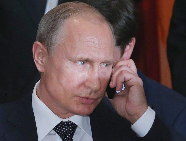 Владимир Путин с телефоном