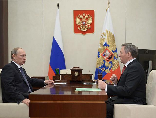 Президент РФ Владимир Путин и глава администрации Липецкой области Олег Королев во время встречи