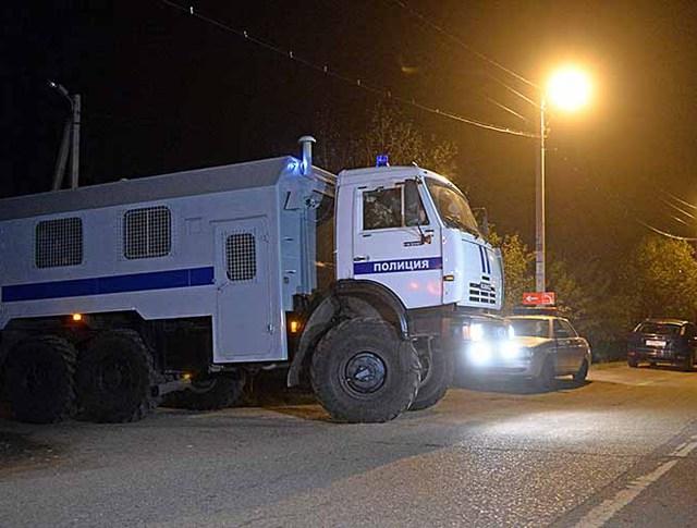 Сотрудники полиции в поселка Тимошкино, где было найдено тело подозреваемого в совершении четырех убийств в подмосковном Красногорске Амирана Георгадзе