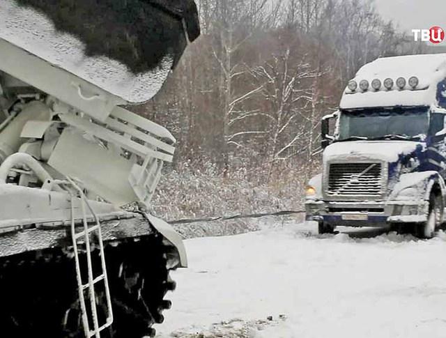 Устранение последствий снежного бурана на трассе
