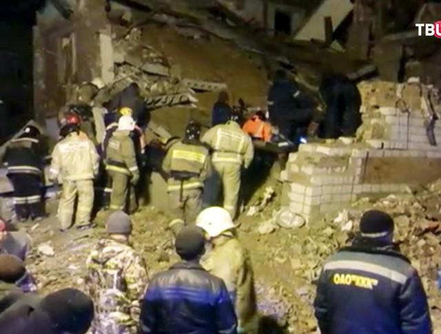 Спасатели МЧС на месте обрушения жилого дома в Хабаровске