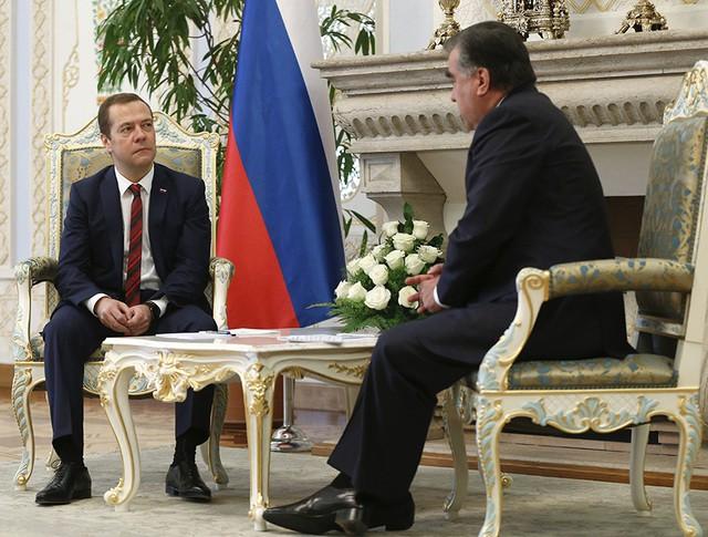 Председатель правительства России Дмитрий Медведев во время встречи с президентом Таджикистана Эмомали Рахмоном