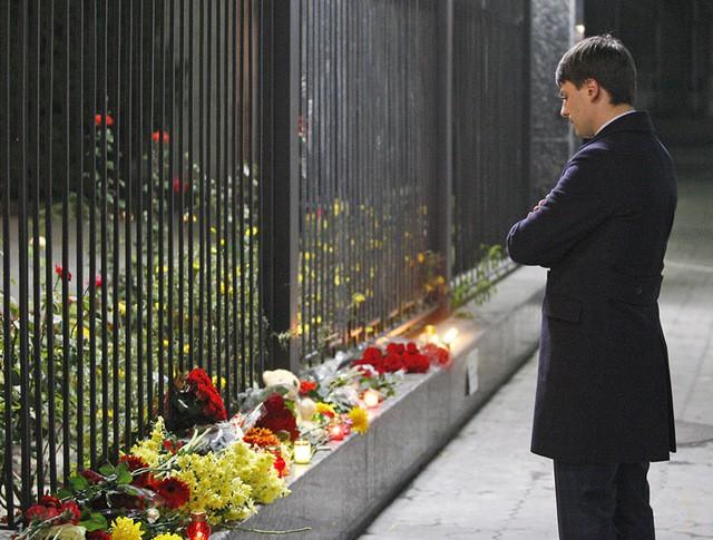 Российское посольство в Киеве, куда простые украинцы приносят цветы