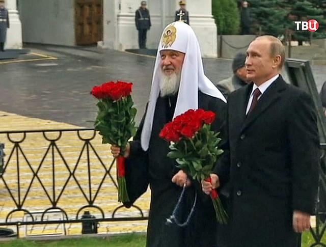 Президент России Владимир Путин и патриарх Московский и всея Руси Кирилл возлогают цветы к памятнику Минину и Пожарскому на Красной площади