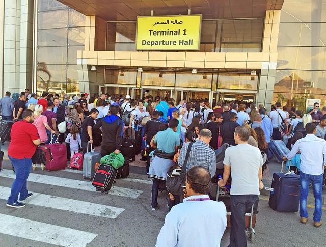 Туристы на входе в аэропорт Шарм-эль-Шейха
