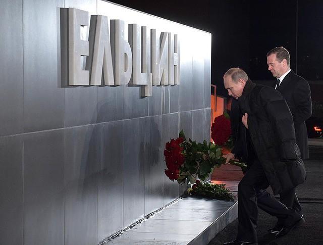 Президент России Владимир Путин и председатель правительства России Дмитрий Медведев на церемонии возложения цветов к памятнику первому президенту России Борису Ельцину в Екатеринбурге