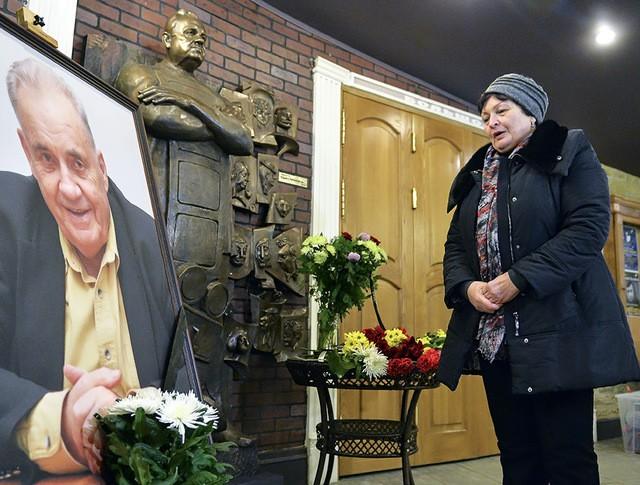 Москвичи возлагают цветы к портрету народного артиста СССР режиссера Эльдара Рязанова