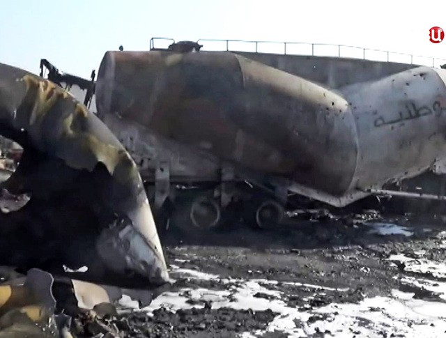 Последствия авиаудара по бензовозам в Сирии