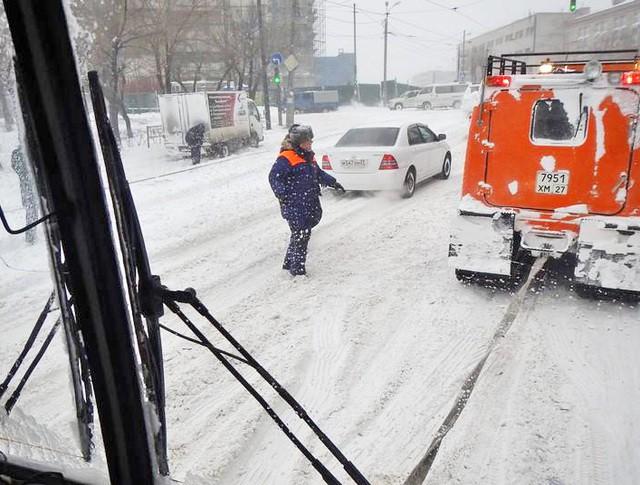 Спасатели МЧС оказывают помощь жителям в условиях снежного циклона