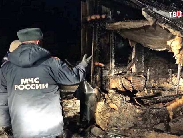 Спасатели МЧС на месте пожара