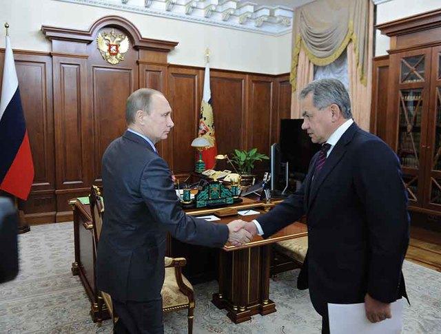 Президент России Владимир Путин и министр обороны России Сергей Шойгу во время встречи