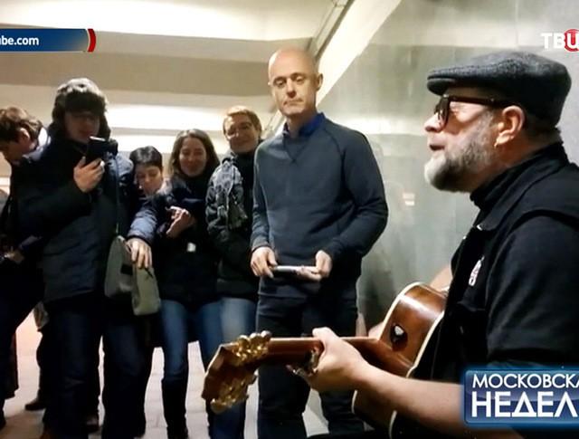 """Лидер группы """"Аквариум"""" Борис Гребенщиков выступает в подземном переходе"""