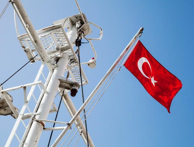 Мачта корабля с турецким флагом